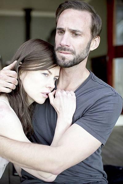 喬瑟夫范恩斯在《陌生之地》和妮可基嫚演出貌合神離的夫妻.jpg