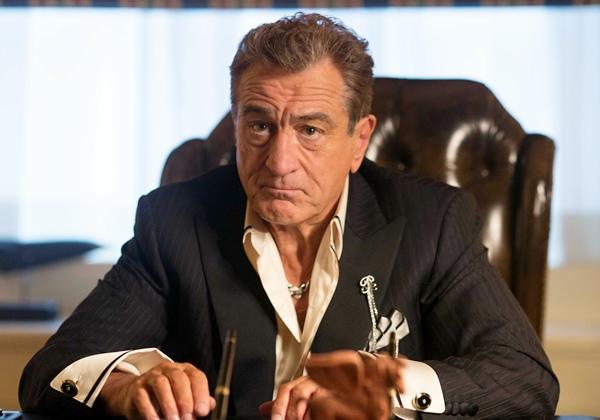 勞勃狄尼洛在《關鍵救援-巴士657》 飾演性格果斷決絕的賭場老闆.jpg