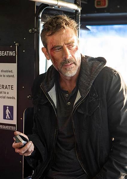 傑佛瑞迪恩摩根飾演劫持巴士的亡命之徒.jpg