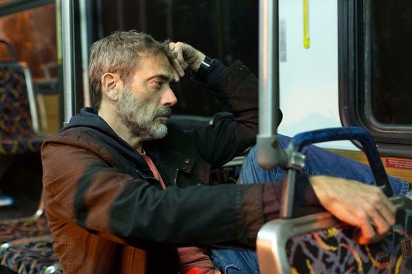實力派男星傑佛瑞迪恩摩根飾演劫持巴士的亡命之徒.jpg