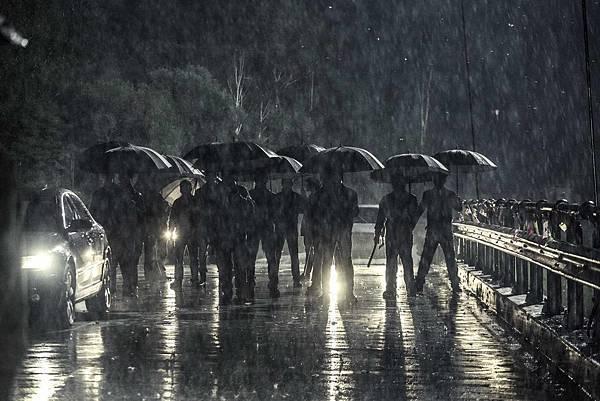 雨夜大橋激戰.jpg