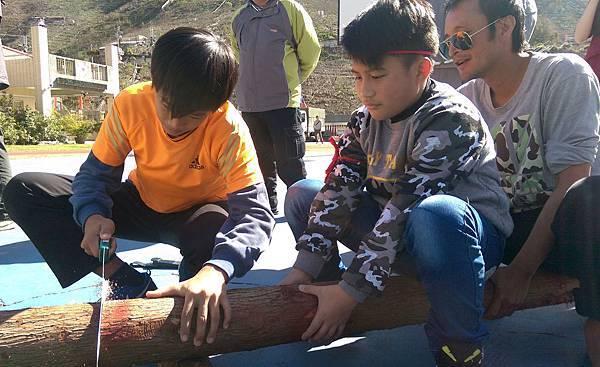 台中市環山部落在元旦假期 舉辦鋸木頭趣味比賽 1.jpg