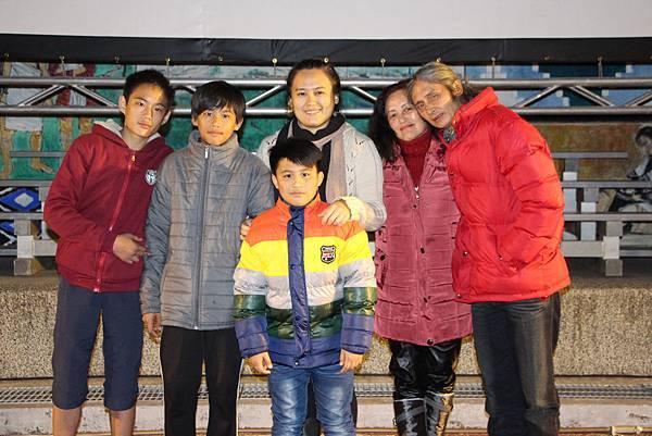 導演陳潔瑤帶著演出的小童星們 到環山部落舉辦高山首映會 1.JPG