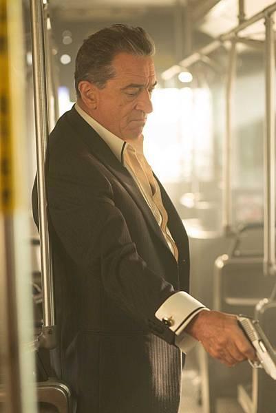 勞勃狄尼洛在《關鍵救援:巴士657》中演出心狠手辣的賭場老大.jpg