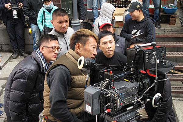 導演葉偉信(左)和甄子丹在拍攝現場.jpg