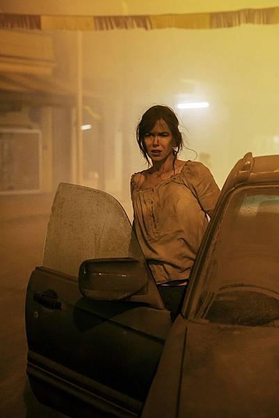 妮可基嫚回澳洲拍《陌生之地》常常拍到全身都是沙子吃足苦頭.jpg