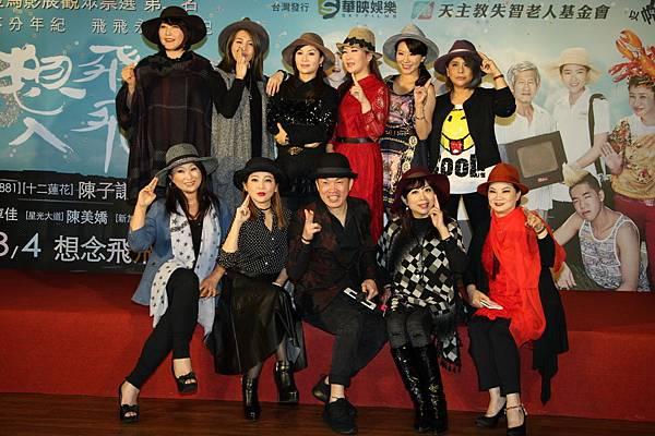 眾女星與首映會主持人康康大合照2.JPG