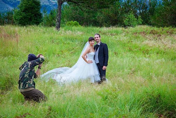 安歆澐穿上低胸婚紗裝在低溫山上拍攝.jpg