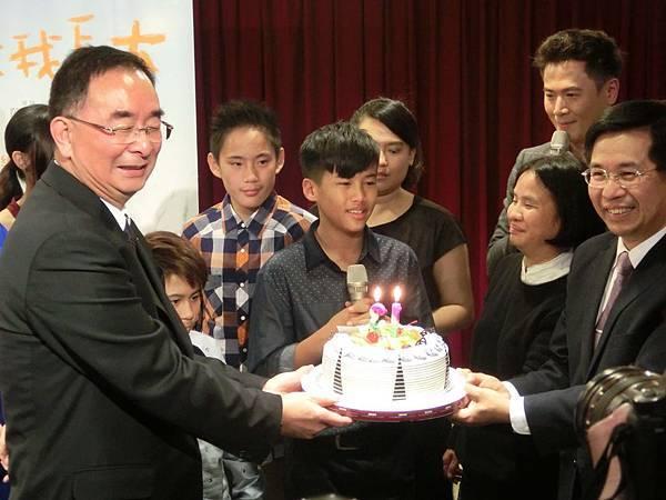 眾人為童星陳宇慶生 他又驚喜又感動的落淚.JPG