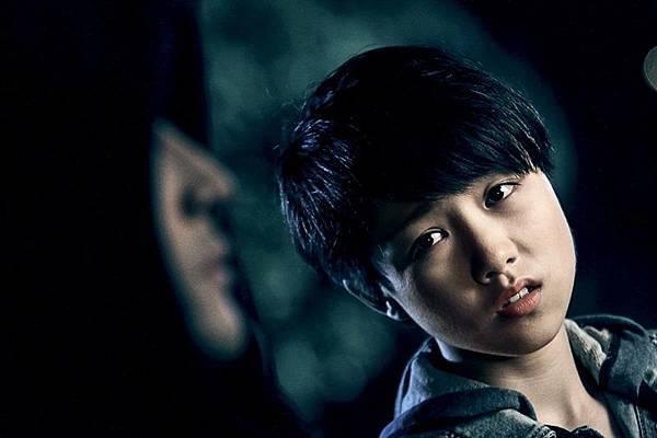 顏卓靈飾演遭綁架失蹤12年後返家的神祕少女.jpg
