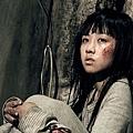 顏卓靈飾演被綁12年後返家的神祕少女.jpg