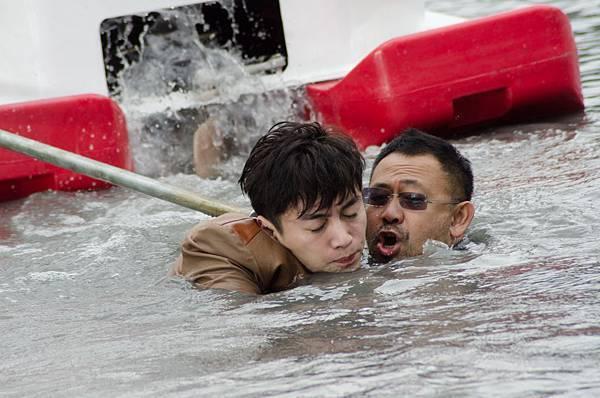 陳曉片中慘遭鐵索勒喉 與姜武在惡臭湖水中拍3天的戲.jpg