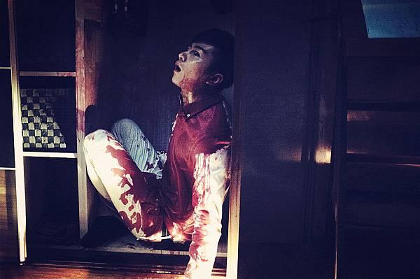 陳曉浴血負傷被塞進狹小櫃子中.jpg