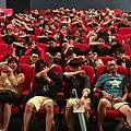 衛詩雅和觀眾比出吃手的手勢合照.jpg