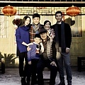 張國立(前排右) 與戲中兒女姚晨(左起)、陳赫、葉一云、竇驍.jpg