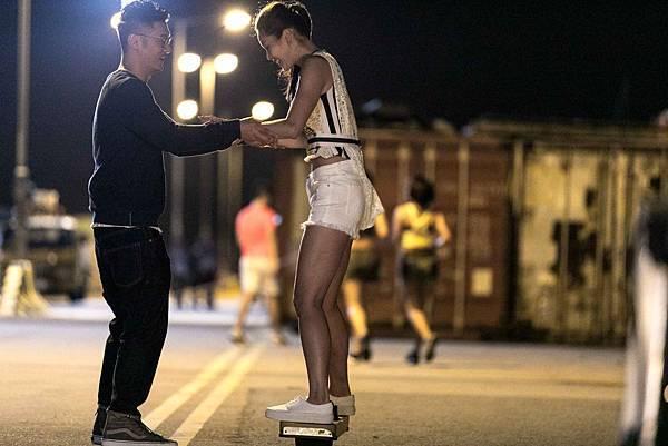 志明女人緣極佳 長腿美眉請他教溜滑板.jpg