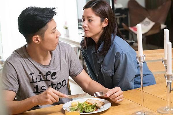 衛詩雅(右)演出周旋於阿Sa及周柏豪(左)之間 為愛不顧一切的女生.JPG
