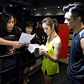 邱禮濤導演(左起)及編劇李敏 和衛詩雅、周柏豪討論劇情.JPG