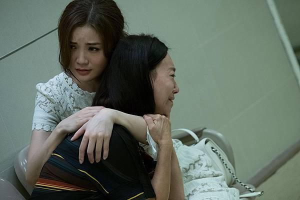 阿Sa及母親惠英紅演出痛失親人 兩人一就位便立即入戲相擁痛哭2.JPG
