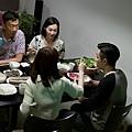 阿sa(前左)戲裡帶男友周柏豪(前右) 和母親惠英紅(後右)、父親鄭丹瑞(後左)一起吃飯.JPG