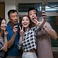 阿Sa在戲中也與惠英紅(左一)及鄭丹瑞(左二)飾演一家人 周柏豪(右一)演出阿sa男友.jpg
