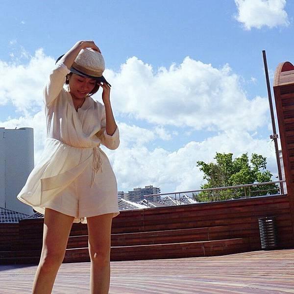 2 彭秀慧勇奪尼斯國際影展外語片最佳導演,當日身在法國的她在歐洲蔚藍天色下留倩影。.jpg