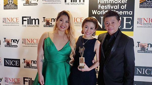 3 彭秀慧在尼斯奪外語片最佳導演獎項後,與鄭欣宜和出品人蕭定一一同分享喜悅。.JPG