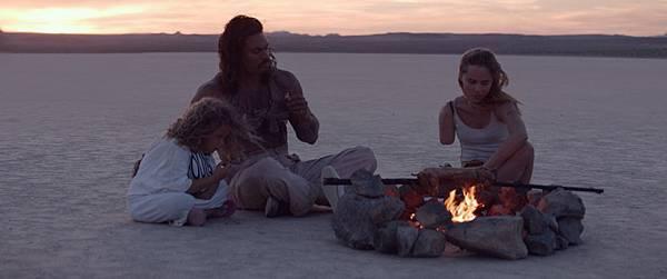 沙漠區嚴苛的拍攝環境 讓蘇琪沃特豪斯和傑森摩莫亞吃不消.jpg