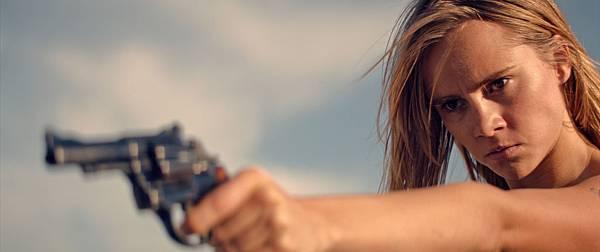 超模蘇琪沃特豪斯飾演被放逐到沙漠區的少女 有許多突破及震撼的演出.jpg