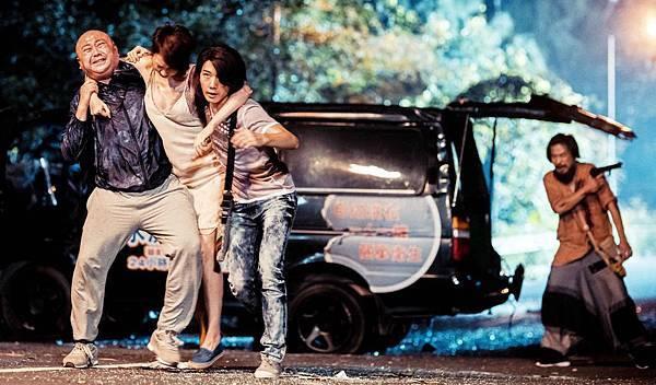 蔡瀚億(左三)和伙伴們逃命中.jpg