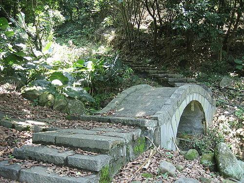 廖添丁洞前的石橋
