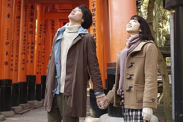 001【明天,我要和昨天的妳約會】劇照_福士蒼汰(左)、小松菜奈(右)在伏見稻荷大社浪漫談情.jpg