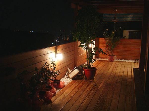 完工,燈光將木頭襯得更美
