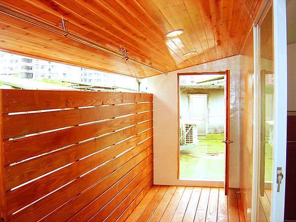天花板使用了木肌較細密的雲杉