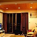 電視牆使用淺色文化石,精緻卻又不模糊焦點
