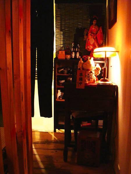 放有日本藝妓人偶及招財貓的領路櫃檯