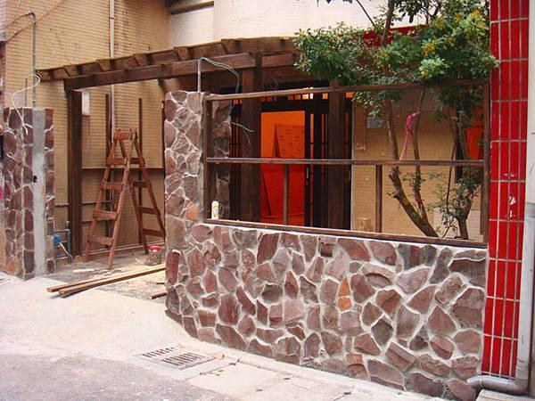 外牆的材質的上面,使用了玄武岩亂片及日本淡路瓦