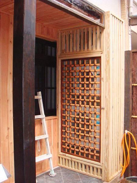外機的部份用了防腐性極佳的南方松製作的木格柵,外機門則是使用了已經經過碳化過的日本京都碳化真竹