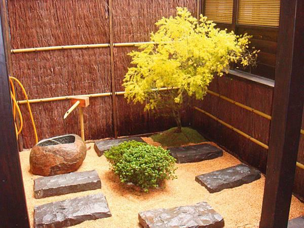 庭園的內部植栽使用了黃金聖柚、皋月杜鵑、日本紅楓、韓國草皮、陽明山土