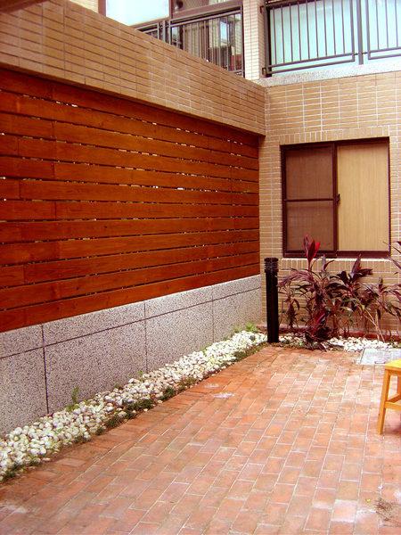1F側邊庭院的南方松圍牆