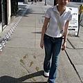 人行道上有教你跳舞的腳印ㄟ