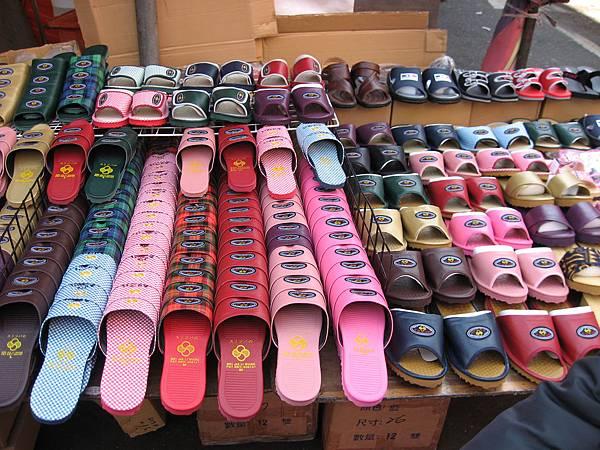 很多拖鞋!