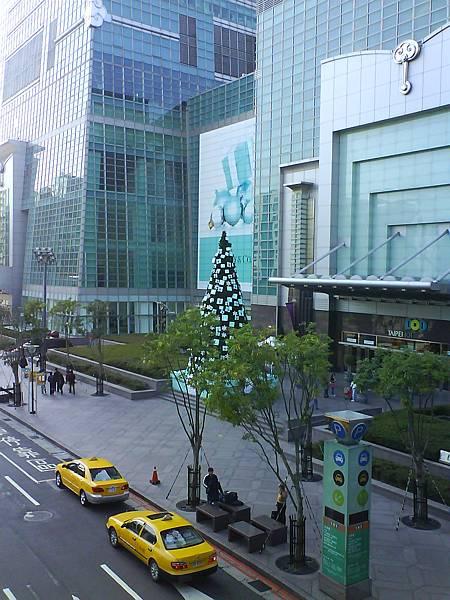 101購物中心外掛滿TIFFANY禮盒的聖誕樹(手機攝)
