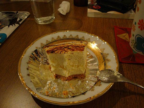 這是小明ㄉㄉ自拍的蛋糕半吃照(什麼東西…XDrz)