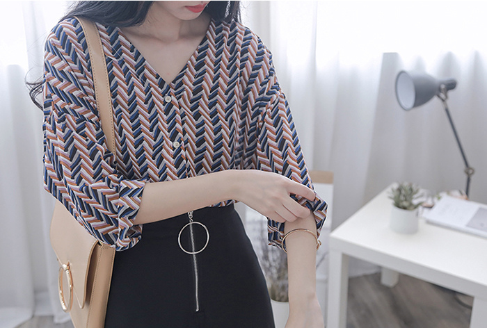 MissTing 個性不規則條紋寬松V領襯衫