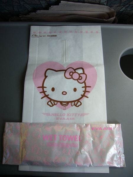 Hello Kitty 濕紙巾跟... 嘔吐袋