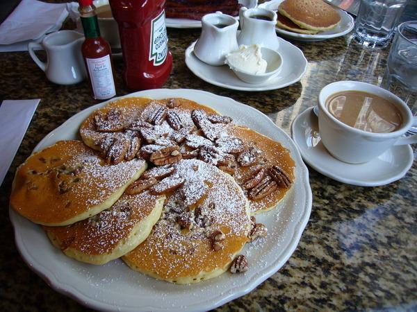 我理想中完美的早餐 -- 無限續杯的熱咖啡跟好吃的鬆餅.. 還有可以好好享用早餐的時間~