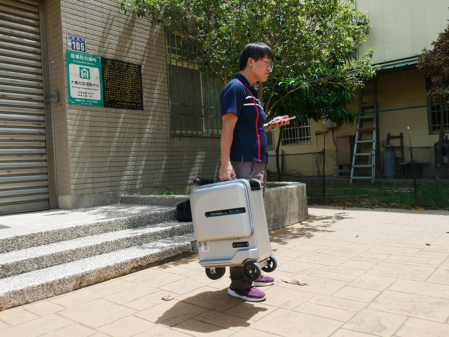 開箱文Airwheel SE3mini 電動行李箱騎行拖拉二用大容量智能行李箱可前進、後退大容量的行動電源 (6).png