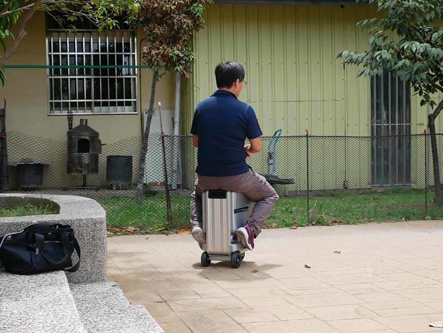 開箱文Airwheel SE3mini 電動行李箱騎行拖拉二用大容量智能行李箱可前進、後退大容量的行動電源 (2).png