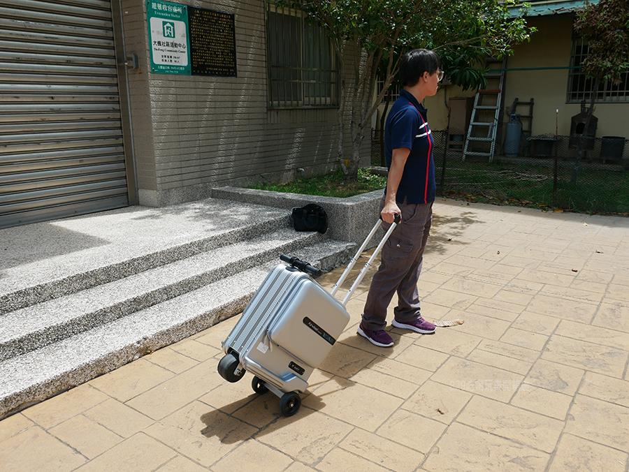 開箱文Airwheel SE3mini 電動行李箱騎行拖拉二用大容量智能行李箱可前進、後退大容量的行動電源 (4).png